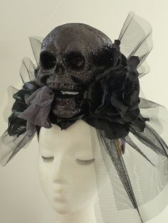 truebluemeandyou: Halloween & Cosplay DIYs — Gorgeous Gothic Black Skull and Roses Fascinator. Halloween Chic, Gothic Halloween, Halloween Cosplay, Halloween Costumes, Halloween Beads, Halloween 2019, Google Halloween, Halloween Stuff, Halloween Party