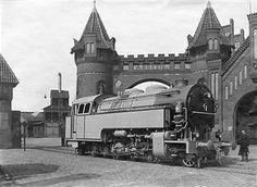 1922 Adhaesionslokomotive von Borsig vor dem Werkstor in Berlin-Tegel