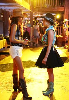 Pretty Little Liars 4x11 - Bring Down The Hoe Only Aria would wear that!