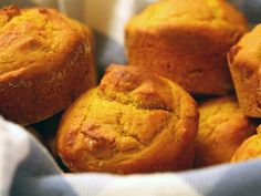 Weight Watchers 2 Point- Pumpkin Muffins ~ These are soooo yummy! My sister made them exactly as written and we all love them! They do taste just like pumpkin pie. They do stick to the muffin wrappers so next time we will just spray the muffin tin Weight Watcher Desserts, Petit Déjeuner Weight Watcher, Weight Watchers Pumpkin, Plats Weight Watchers, Weight Watchers Breakfast, Weight Watchers Meals, Ww Desserts, Dessert Recipes, Weigth Watchers