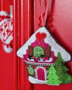 Free DIY Ornament--made from Felt--Handicraft Juffie: Alpine Felt--Dutch and english Christmas Ornaments To Make, Christmas Sewing, Christmas Projects, All Things Christmas, Christmas Holidays, Christmas Decorations, Christmas Houses, House Ornaments, Felt Ornaments