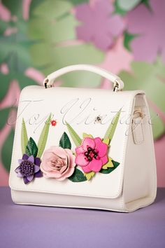 This stunning 60s English Garden Box Bag in Off White adds the perfect finishing touch to every summer outfit!The most perfect and compact bag for everyone that loves flowers and plants, even if you don't have green fingers ;-) It's almost impossible to describe how detailed this special handmade bag is! This small, elegant bag is made of faux structured leather in off white that looks and feels like genuine leather, featuring embroidered detailing and stunning flower applications in summery…