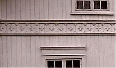 Sveitserhus 1840-1920 separate vannbord på profilist med stjerner mellom
