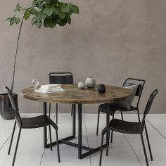 Rundt spisebord i mangotræ House Doctor, Plywood Furniture, Design Furniture, Circular Dining Table, Bright Walls, Design Tisch, Wooden Tops, Best Dining, Square Tables