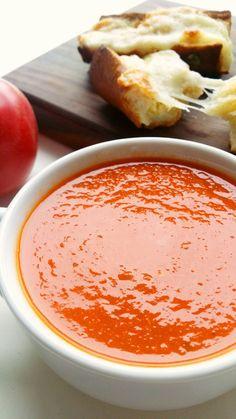 Gęsta wariacja na temat pomidorówki. Krem z pieczonych pomidorów to włoska wersja najpopularniejszej zupy. Wypróbuj z czosnkowymi grzankami z mozzarellą.