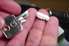 Removing a broken key from a lock without a locksmith? This trick might work! Lifehacks, Burlap Garland, Red Heart Yarn, Health And Safety, Basket Weaving, Good To Know, Cleaning Hacks, How To Remove, Cleaning