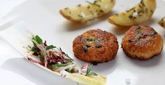 Wer hat Hunger?  Mediterrane Fischfrikadelle mit Ofenkartoffeln von Mirko Reeh  http://www.starcookers.com/detailseite/recipe/mediterrane-fischfrikadelle-mit-ofenkartoffeln/
