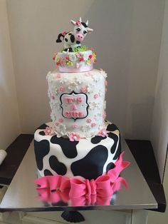 Cow-Themed Baby Shower Cake Two-tiered cake with fondant topper Cow Baby Showers, Cowgirl Baby Showers, Baby Girl Shower Themes, Girl Baby Shower Decorations, Baby Shower Fun, Baby Shower Cakes, Cow Birthday Parties, Girl 2nd Birthday, Farm Birthday