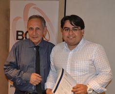 Sr. Aravena recibiendo diploma