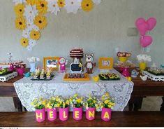 Festa Masha e o Urso simples com flores de papel amarela e branca