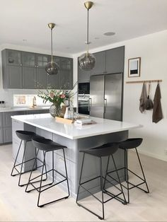 Grey kitchen ideas brings an excellent breakthrough idea in designing our kitchen. Grey kitchen color will make our kitchen look expensive and luxury. Open Plan Kitchen, Kitchen Dining, Kitchen Decor, Kitchen Ideas, Kitchen Modern, Kitchen Cabinets, Minimal Kitchen, Eclectic Kitchen, Functional Kitchen