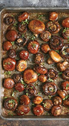 These Sheet Pan Garlic Mushrooms are Side Dish Goals. Looking for ideas for recipes for side dishes for you steak dinner? These easy roasted shrooms are easy and healthy! fire up your ovens! You'll need garlic, butter, lemon, thyme, rosemary, and mushrooms.