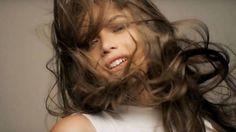 Modelo transgênera Valentina Sampaio na propaganda da L'oreal