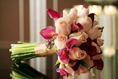 Que tal dar um toque diferente no tradicional?? Buquê lindo de rosas e acácias...