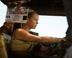 A gallery of Mad Max: Fury Road publicity stills and other photos. Featuring Tom Hardy, Charlize Theron, George Miller, Courtney Eaton and others. Imperator Furiosa, Photos Rares, Mad Max Fury Road, 2015 Movies, Going Insane, Scene Photo, Charlize Theron, Best Actress, Movie Trailers