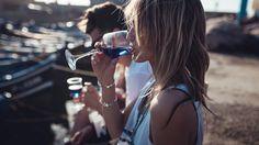 Künftig werden wir bei Wein nicht mehr nur an weiß oder rot denken, wenn es nach einer Gruppe junger Künstler geht. Der blaue Wein erobert Europa.