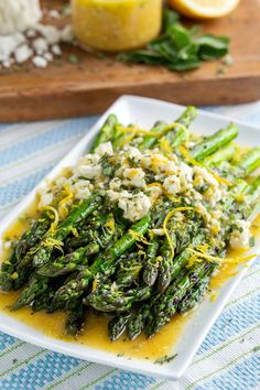 Grilled Asparagus in a Lemon and Feta Vinaigrette Side Dishes For Bbq, Dinner Side Dishes, Vegetable Sides, Vegetable Side Dishes, Side Dish Recipes, Grilled Asparagus, Asparagus Recipe, Vegetarian Dishes Healthy, Healthy Recipes