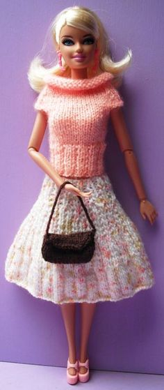 Si vous aussi vous souhaitez réaliser cet ensemble : La jupe : 240 Haut col roulé : 88 Le sac : A30 NB : Pour le sac j'ai réparti 2 diminutions dans les deux derniers rangs endroit pour former le rabat. Nb : Toutes les tenues pour Barbies ont été créées...