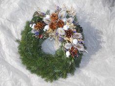 Dušičkový věnec IV. Dušičkový věnec z chvojí (smrk, tůje). Přizdobený přírodninami. Velikost věnce cca 30cm (slaměná podložka 25 cm). Lze sladit do barvy, dle přání. Velikost 20, 25, 30, 35, 40 cm. Cena se liší dle velikosti věnce. Dušičkové věnce budu zasílat od 15. října. Funeral Flowers, Cemetery, Christmas Wreaths, Holiday Decor, Garden, Handmade, Mesh Wreaths, Creative, Basteln