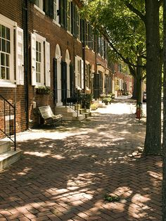 Old New Castle Street in the State of Delaware. 45 minutes south of Philadelphia. On the weekends there is a big Farmers Market and outdoor 'flea market' on Route 13 less than 2 miles to the west of here. Delaware Life, New Castle Delaware, New Castle Pennsylvania, Delaware Usa, Mid Atlantic States, Just Dream, North America, America America, Travel Usa