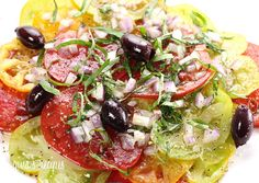 Heirloom Tomato Salad ~ A simple summer tomato salad made with heirloom tomatoes, kalamata olives, red onion, extra virgin olive oil and garden fresh basil. If you can't find heirloom tomatoes, you can use garden tomatoes instead. Heirloom Tomatoes, Garden Tomatoes, Skinny Recipes, Healthy Recipes, Top Recipes, Vegetarian Recipes, Paleo, Tomato Salad, Vegetarian Cooking