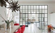 offene-küche-abtrennen-wohnzimmer-hohe-trennwand-glas-schwarzstahl-fabrik-look