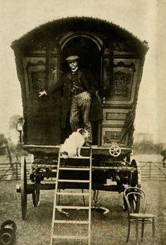 An adventurous duo and their gypsy caravan Vintage Gypsy, Vintage Circus, Vintage Dog, Looks Vintage, Vintage Pictures, Old Pictures, Vintage Images, Gypsy Caravan, Gypsy Wagon