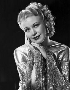 GINGER GORER (1911-1995) Ganadora del primer Oscar de la Decada de los 40. Actriz, Bailarina y Cantante fueron los papeles que despeño esta gran mujer. Durante la primer década destaco principalmente los musicales, pero quiso demostrar que su talento iba más allá de de ser una actriz de musicales y lo demostró obteniendo un Oscar por su talento, a por si fuera poco esta en el lugar 14 de las mejores estrellas de todos los tiempos.