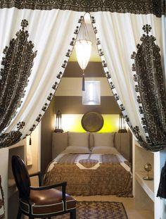 Schlafzimmer in Braun mit Vorhängen und Bettwäsche mit arabischen Mustern