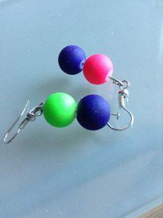 Boucles d'oreilles avec des perles fluorescentes.