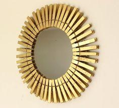 Espelho com pregadores de roupa