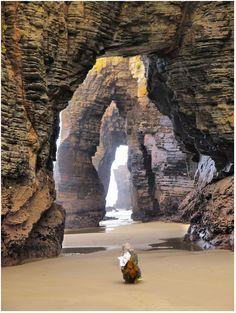La playa de las Catedrales está situada en la costa de la provincia de Lugo (Galicia). Se le llama así por el conjunto de acantilados, algunos con más de 32 metros de altura, que esculpidos por el viento y el mar, forman unos arcos y bóvedas espectaculares dejando un paisaje maravilloso en la que está considerada como una de las playas más espectaculares del mundo.
