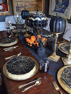 30 Tips For Fabulous Fall Decor {Halloween Tablescape} - Haneen's Haven - Halloween dinnerware, goblets, and pumpkins from Home Goods complete this glam tablescape that& - Plat Halloween, Adornos Halloween, Halloween Dinner, Halloween Home Decor, Halloween Party Decor, Holidays Halloween, Spooky Halloween, Halloween Themes, Halloween Night