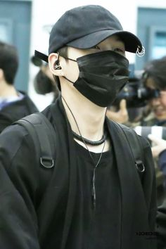 yoongi pics (@minsugapics) | Twitter Yoongi in all black is such a concept and that hat of his ugh kill me already