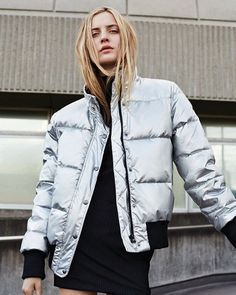Silver puffy jacket and dress. Outfit Jeans, Normcore, Suit Up, Puffy Jacket, Hoodie Sweatshirts, Mode Inspiration, Foto E Video, Autumn Winter Fashion, Fall Winter