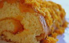 Torta com doce e fios de ovos