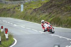 John McGuinness has equalled the legendary Mike Hailwood as he won his Isle of Man TT with victory in the final race of the week; the Senior TT. Goodwood Festival Of Speed, Honda Motorcycles, Isle Of Man, Cbr, Light Up, Country Roads, Racing, Top News, Canada