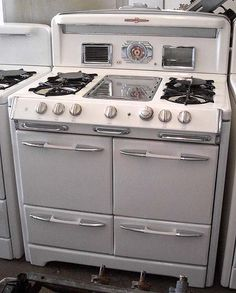 General Appliance Refinishing, Inc. - Stoves For Sale: Late O'Keefe & Merritt. I have this stove but sad to say it doesn't look like this (so new & shiny) Diy Kitchen Decor, Kitchen Redo, New Kitchen, Kitchen Remodel, Kitchen Ideas, Kitchen Designs, Retro Kitchen Appliances, Vintage Appliances, Vintage Kitchenware