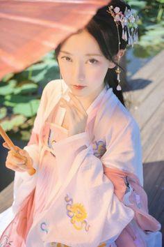 汉服摄影 Chinese Traditional Costume, Traditional Fashion, Traditional Outfits, Hanfu, Cheongsam, China Girl, Chinese Clothing, Oriental Fashion, Poses