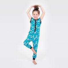 Einen gemütlichen Jumpsuit/ Overall/ Playsuit aus Jersey für Kinder nähen - ganz einfach mit Nähvideo und Anleitung - mit Knopfleiste und Bündchen