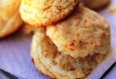 Baking-Powder biscuits with quick strawberry jam Strawberry Freezer Jam, Strawberry Jam Recipe, Freezer Jam Recipes, Baking Recipes, Yummy Recipes, Baking Powder Biscuits, Sweet N Spicy, Cream Biscuits, Caribbean Recipes