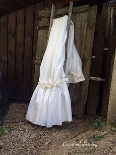 country the blue dog Sartoria d'interni: tenda in misto lino con balza sul fondo e rose in ...