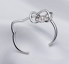 Gorgeous and simple Hello Kitty Bangle Bracelet #HelloKitty #HelloKittyJewelry #Bracelets