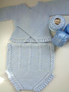 En el post de hoy os enseño uno de los conjuntos que más me gustan (si no el que más). Este conjunto de punto hecho a mano en perlé azul bebé está compuesto por un cullote o pololo y un jersey de ...