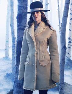 Nouvelle collection H&M Studio : vestes structurées, pantalons amples, mailles, pantalons à fines rayures, robes en velours et modèles en soie transparente.