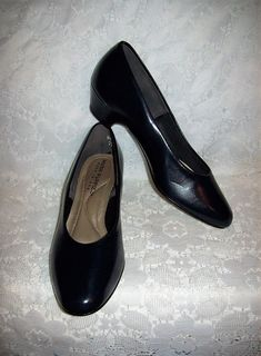 bd5ff1678a6 Vintage Ladies Navy Blue Leather Pumps by Hush Puppies Size 5 1 2 Only 5 USD
