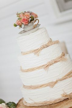 shabby chic wedding cake / Sweet Peach Photography. I love how simple this is and if I'm honest, I prefer buttercream to icing.