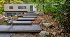 Een prachtige robuuste trap, gerealiseerd met de grote Schellevis platen van 240x120x12 cm in de kleur antraciet. Ervaar de natuur in combinatie met Schellevis.