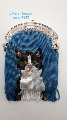 With antique beads knitted purse. Silver frame from anno 1842 Made by Tineke Nieuwenhuijse-Taal. Unique Purses, Beaded Bags, Drawstring Bags, Crochet Hats, Beads, Antiques, Frame, Silver, Collection