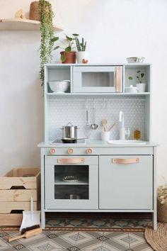 Ikea Hack : comment relooker la cuisine pour enfant Duktig ? Ikea Kids Kitchen, Diy Kitchen, Kitchen Decor, Kitchen Sink, Childs Kitchen, Wooden Toy Kitchen, Ikea Kitchen Design, Awesome Kitchen, Updated Kitchen